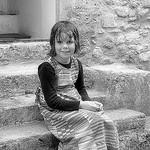 Petite fille sur les marches par L_a_mer - Vaison la Romaine 84110 Vaucluse Provence France