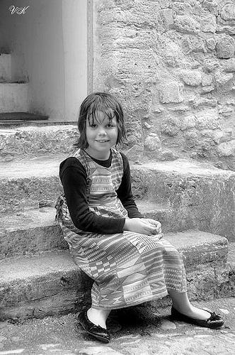Petite fille sur les marches by L_a_mer
