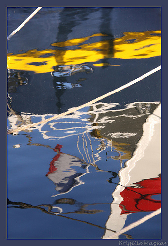 Reflets colorés sans le port de Sanary par Brigitte Mazéas