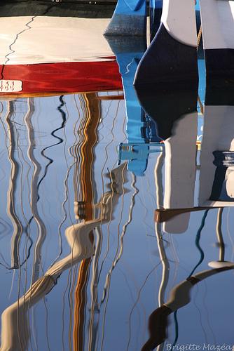 Reflets de bateaux (Sanary). par Brigitte Mazéas