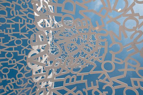 Statue à Antibes : Un ciel... de lettres par brunomdl