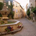 L'enfant à la fontaine - Venasque, village des monts du Ventoux par Olivier Colas - Venasque 84210 Vaucluse Provence France
