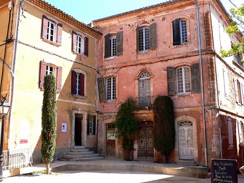 Place principale de Roussillon by jackie bernelas