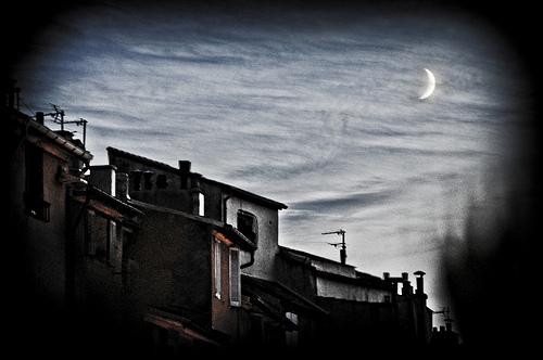 Levé de Lune sur les toits d'Aix en Provence par Rémi Blanc