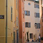 Ruelle pavée toute rose de St-Tropez. par Budogirl73 - St. Tropez 83990 Var Provence France