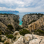 Calanque d'En-vau... la roche dcoupe en deux par la plage par  - Cassis 13260 Bouches-du-Rh&ocirc;ne Provence France