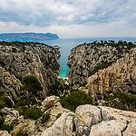Calanque d'En-vau... la roche découpée en deux par la plage par guitou2mars - Cassis 13260 Bouches-du-Rhône Provence France
