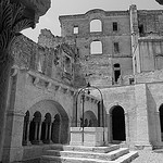 Cour de l'ancien cloitre de l'Abbaye de Montmajour par dmirabeau - Arles 13200 Bouches-du-Rhône Provence France