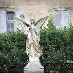 Monument au mort de Lourmarin, France par Ann McLeod Images - Lourmarin 84160 Vaucluse Provence France