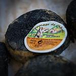 Bonnieux Market : fromage de chèvre noir par Ann McLeod Images - Bonnieux 84480 Vaucluse Provence France