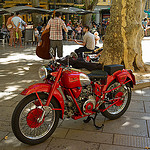 Moto : vieux bolide rouge by Casatigeo - Avignon 84000 Vaucluse Provence France